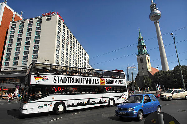 Duitsland, Berlijn, 22-8-2009De televisietoren op de Alexanderplatz. Een bus met toeristen die een city tour doen rijdt voorbij.Foto: Flip Franssen/Hollandse Hoogte