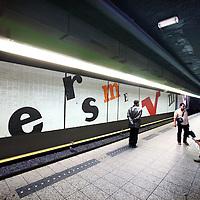Nederland, Amsterdam , 23 juni 2011.Kunstwerk letters van Opland..Bij de vernieuwing van de Oostlijn van de metro wil de gemeente diverse kunstwerken in de stations laten sneuvelen. Een ander deel van de kunst wordt aangetast..Foto:Jean-Pierre Jans