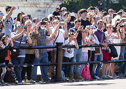 © Licensed to London News Pictures. 22/06/2018. Tourists enjoy The Changing of the Guard ceremony at Buckingham Palace in warm morning sunshine. Most of the UK is expected to be enjoying high temperatures over the next 7-10 days.  London, UK. Photo credit: Peter Macdiarmid/LNP