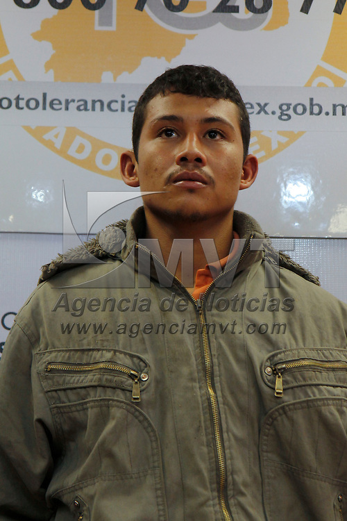 """TOLUCA, México.- La PGJEM y la ASE informaron sobre la detención de Eliborio Tafoya Díaz,  quien era escolta de Servando Gómez Martínez alias """"La Tuta"""",  quien se encuentra implicado en el homicidio del líder de la CTM en Acolman, al momento de su detención se les fueron incautadas armas de fuego cortas. Agencia MVT / Crisanta Espinosa. (DIGITAL)"""