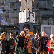 NLD/Hilversum/20181003 - Onthulling Mies Bouwman Totempaal, Matthijs van Nieuwkerk en alle deelnemende kunstenaars