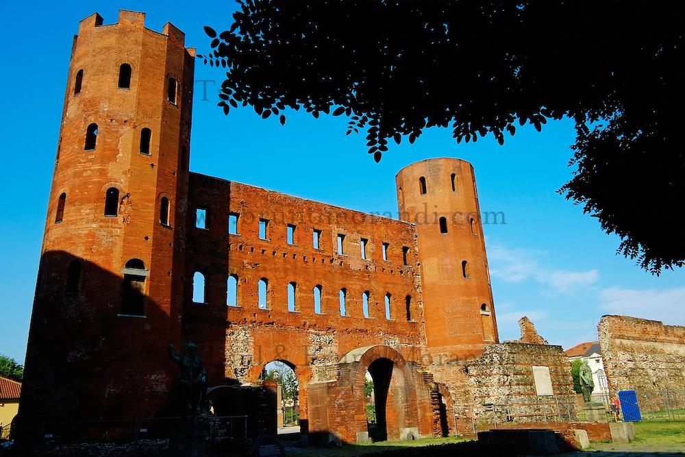 Italie, Piemont, Turin, la Porte Palatine romaine construite entre le 1er siècle avant JC et le 1er siècle après JC sur la Piazza Cesare Augusto // Italy, Piedmont, Turin, Palatine Towers