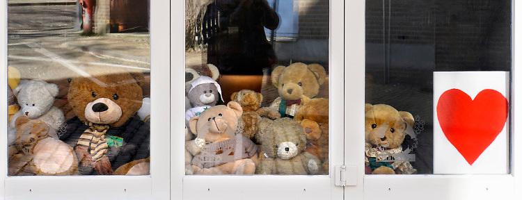Nederland, Nijmegen, 15-4-2020  In de binnenstad heeft een horecagelegenheid die gesloten is vanwege de coronacrisis een heleboel beren achter het raam gezet . Ook hangt er een hart als steunbetuiging aan alle zorgmedewerkers die nu overuren maken . Foto: Flip Franssen