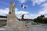 Frankrijk, Souchez, 12-5-2013Stanbeeld voor generaal Barbot die hier in 1915 sneuvelde. Van Souchez is niets meer over als de Franse troepen het dorp in september 1915 terugnemen. In maart 1916 worden de Fransen afgelost door de Britten op het front van de Artois. Ze leggen aan de rand van Souchez een eerste begraafplaats aan op de plaats van het voormalige café Le Cabaret Rouge. Hier rusten in de omgeving gesneuvelde Canadese en Engelse strijders. Het slagveld bevindt zich ruwweg in de driehoek gevormd door de Franse steden Albert, Bapaume en Péronne. Foto: Flip Franssen/Hollandse Hoogte