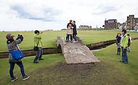 ST. ANDREWS -Schotland-GOLF. Weekend op de golfbanen van St. Andrews.  Jappeners laten zich fotograferen op de Swilcan Bridge. COPYRIGHT KOEN SUYK