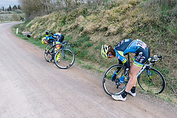 Helping a teammate in need. Punctures at the wrong point soon end any ambitions for the race - Strade Bianche Elite Women 2016