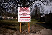 Lomza, 19.03.2020. Protest mieszkancow i pracownikow szpitala przeciwko przeksztalceniu Szpitala Wojewodzkiego w Lomzy w jednoprofilowy szpital zakazny. Zdaniem protestujacych szpital nie jest na przygotowany oraz pozbawi to mieszkancow Lomzy i powiatu lomzynskiego opieki medycznej w naglych przypadkach ( jest to jedyny szpital w tym 60 tys. miescie ) N/z tablice informujace o izbie przyjec dla chorych podejrzanych o zakazenie koronawirusem fot Michal Kosc / AGENCJA WSCHOD