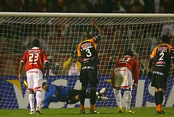 Iarlei e Rubens Cardoso observam o goleiro do Pachuca do México em lance da partida válida pelas finais da Recopa Sul-Americana no estádio Beira Rio, em Porto Alegre 07 de junho de 2007. FOTO: Jefferson Bernardes/Preview.com