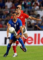 Italiens Mauro Camoranesi gegen den Schweizer Tranquillo Barnetta. © Valeriano Di Domenico/EQ Images