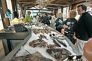 Frankrijk, Port en Bessin, 13-5-2013Op de lokale vismarkt kan men verse vis kopen van de visser zelf. Foto: Flip Franssen/Hollandse Hoogte