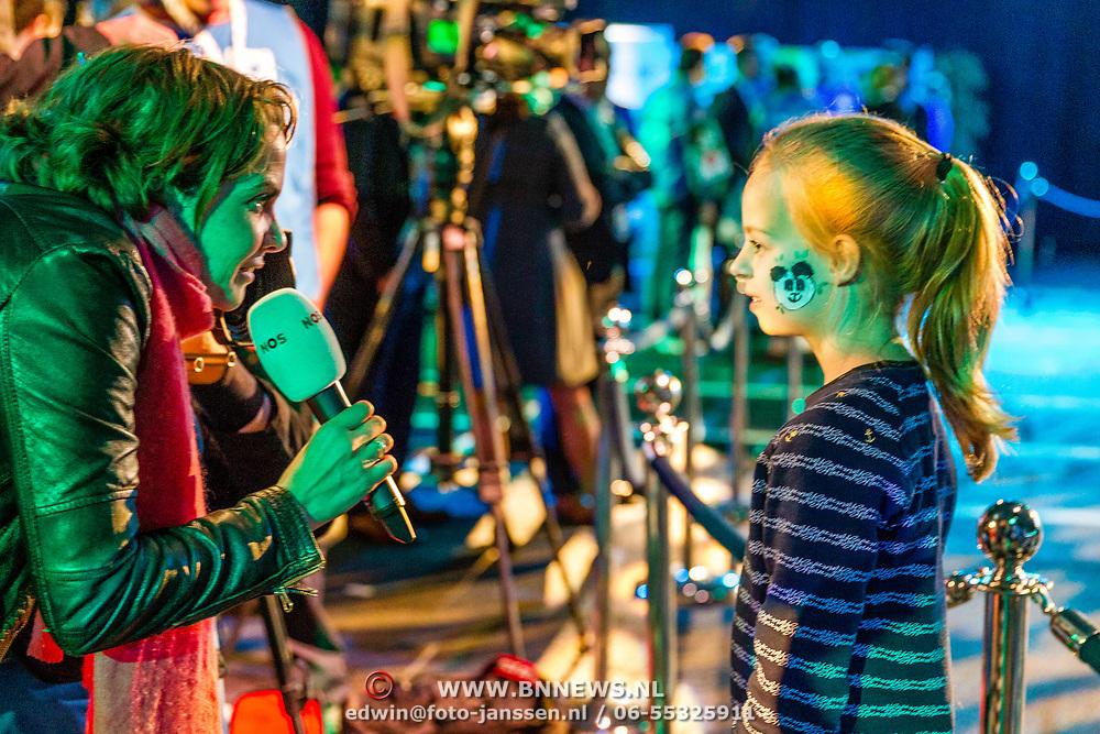 NLD/Amsterdam/20170412- Aankomst reuzenpanda's WU WEN en XING YA in Nederland, Meisje met pandatekening op haar wang