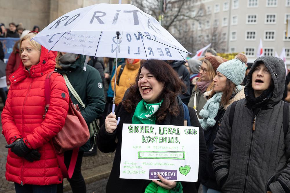 Über hundert Demonstranten protestieren für die Streichung des Paragraf 219a, der das Werben für Schwangerschaftsabbrüche verbietet und unter Strafe stellt und für das Recht auf Abtreibung. Abtreibungsgegner nutzen den Paragrafen, um juristisch gegen Kliniken und Ärzte vorzugehen, die darüber informieren, dass sie Schwangerschaftsabbrüche vornehmen.<br /> <br /> [© Christian Mang - Veroeffentlichung nur gg. Honorar (zzgl. MwSt.), Urhebervermerk und Beleg. Nur für redaktionelle Nutzung - Publication only with licence fee payment, copyright notice and voucher copy. For editorial use only - No model release. No property release. Kontakt: mail@christianmang.com.]