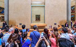 THEMENBILD - Innenansicht des Louvre Museums mit seiner Architektur und Besuchern und dem weltberühmten Ölgemälde - der Mona Lisa von Leonardo da Vinci aus der Hochphase der italienischen Renaissance Anfang des 16. Jahrhunderts, aufgenommen am 09. Juni 2016 in Paris, Frankreich // Interior view of the Louvre Museum with its architecture and visitors and the world famous oil painting - the Mona Lisa by Leonardo da Vinci from the high phase of the Italian Renaissance at the beginning of the 16th century, Paris, France on 2016/06/09. EXPA Pictures © 2017, PhotoCredit: EXPA/ JFK