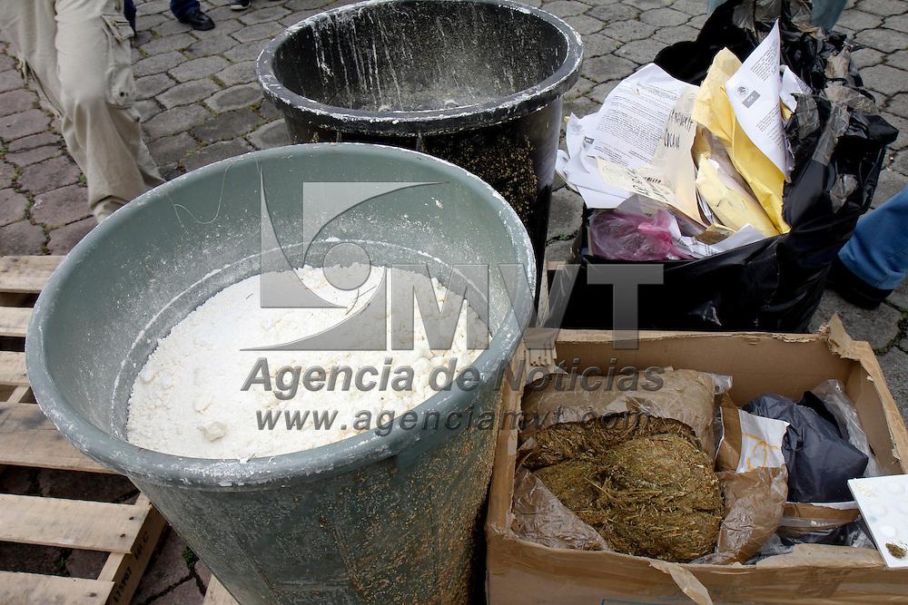 ALMOLOYA DE JUAREZ, México.- La delegación de la PGR en el Estado de México incineró drogas sintéticas y naturales que se han asegurado en los últimos meses en operativos realizados por elementos federales. Agencia MVT / Crisanta Espinosa. (DIGITAL)