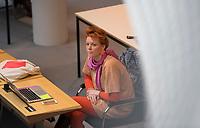 DEU, Deutschland, Germany, Berlin, 02.04.2020: Katalin Gennburg (Die Linke) bei einer Plenarsitzung im Abgeordnetenhaus von Berlin. Aktuelle Stunde zu den wirtschaftlichen und sonstigen finanziellen Hilfen in der Corona-Krise. Um Ansteckungen mit dem Coronavirus zu vermeiden, sitzen die Politiker mit Abstand zueinander.