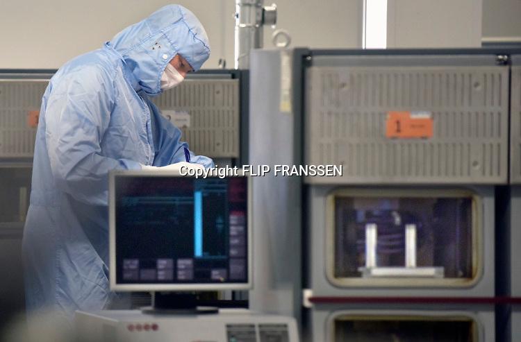 Nederland, Nijmegen, 25-5-2019 Dutch Technology Week. Demonstraties en rondleidingen van high tech bedrijven op de Novio tech campus bij de NXP fabriek in Nijmegen . NXP, Nexperia en Sencio geven een kijkje in hun keuken . Bij alle bedrijven draait het om productie en toepassingen in consumentenelektronica en autos van chips, ic en transistoren. Bij Sencio kan het werk in een clean room bekeken worden . In het centrale M-gebouw is een techniek markt waar vooral kinderen kunnen knutselen en programmeren. Bij Nexperia worden chipproductie machines getoond en NXP heeft een demonstratieruimte met toepassingen van hun chips .Foto: Flip Franssen