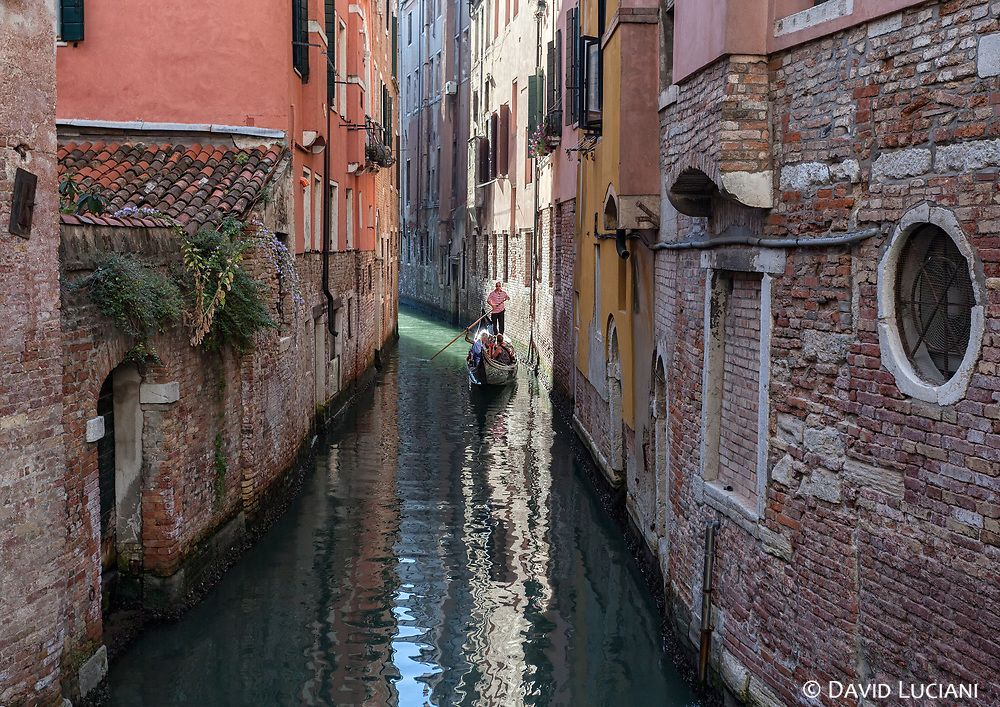 In the 5th century the population start building their settlements on the sandy islands of Venice.