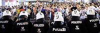 Bild zeigt EinsatzkrŠfte NŠhe Stephansplatz beim Einsatz wŠhrend Fanausschreitungen