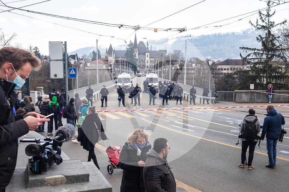 SCHWEIZ - BERN - Die Polizei sperrt die Kirchenfeldbrücke ab, damit die Demonstrierenden nicht zum Helvetiaplatz gelangen können. Während einer unbewilligten Demonstration gegen die Massnahmen zur Eindämmung der Corona-Pandemie - 20. März 2021 © Raphael Hünerfauth - https://www.huenerfauth.ch