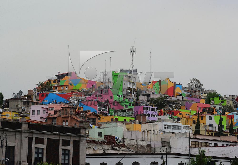 Toluca, México (Abril 26, 2016).- Alrededor de 12 días llevan pintando el barrio del Coporo, en la ciudad de Toluca, los encargados de esta labor pintan casa por casa y todos las paredes que se encuentran en la zona, para que la vista que brinden sea de color.  Agencia MVT / Crisanta Espinosa