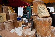 Londyn, 2009-03-06. Stoisko z serami na targu żywność Brought Market