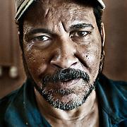 """Trabajador """"Zaballeen"""" de la planta de reciclaje de Katameya que dirige la ONG A.P.E. en las afueras del Cairo. En medio del barrio de Manshiet Nasr a las afueras de El Cairo esta situado el asentamiento de Mokattam conocido como la """"Ciudad de la Basura"""" , está habitado por los Zabbaleen ,una comunidad de unos 45.000 cristianos coptos que viven desde hace varias décadas de reciclar los desperdicios que genera la capital egipcia: plástico, aluminio, papel y desechos órganicos que transforman en compost . La mayoría forman parte de la Asociación para la Protección del Ambiente (APE) una ONG que actúa en el área, cuyos objetivos son proteger el medio ambiente y aumentar el sustento de las recuperadores de basura de El Cairo. Según la ONU, el trabajo que se realiza en Mokattam como uno de los diez mejores ejemplos del mundo en el mejoramiento medioambiental. El Cairo , Egipto, Junio 2011. ( Foto : Jordi Camí )"""