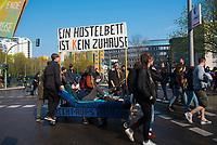 DEU, Deutschland, Germany, Berlin, 14.04.2018: Demonstration gegen steigende Mieten unter dem Motto Wiedersetzen - Gemeinsam gegen Verdrängung und Mietenwahnsinn. Fahrbares Bett mit Aufschrift: Ein Hostelbett ist kein Zuhause.