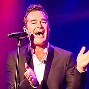 NLD/Hilversum/20140517 - Edwin van der Sar Foundation ontvangt de Majoor Bosshardt Prijs 2014, optreden Jeroen van der Boom