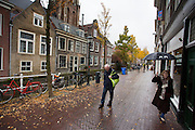 In Delft lopen voetgangers door de pittoreske binnenstad.<br /> <br /> In Delft people walk at the old city center.