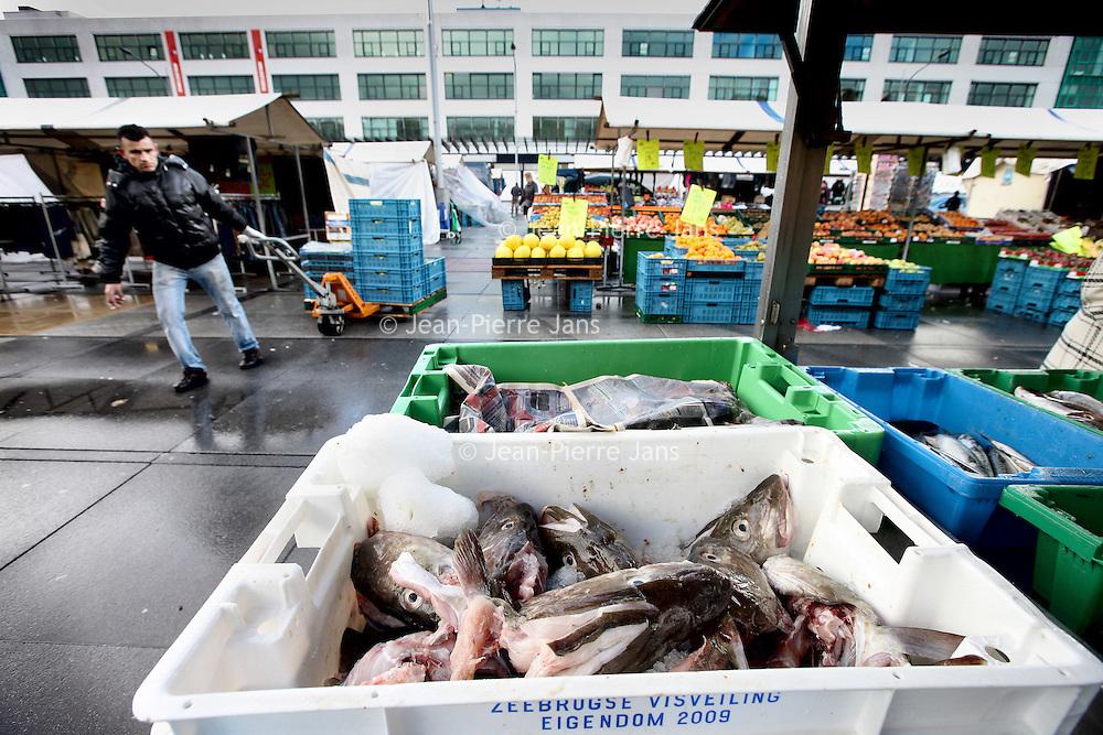 Nederland, Amsterdam , 20 oktober 2010..De viskraam tijdens de markt  op Plein 40-45.A fish stall at the food market on Plein 40-45 in Amsterdam.