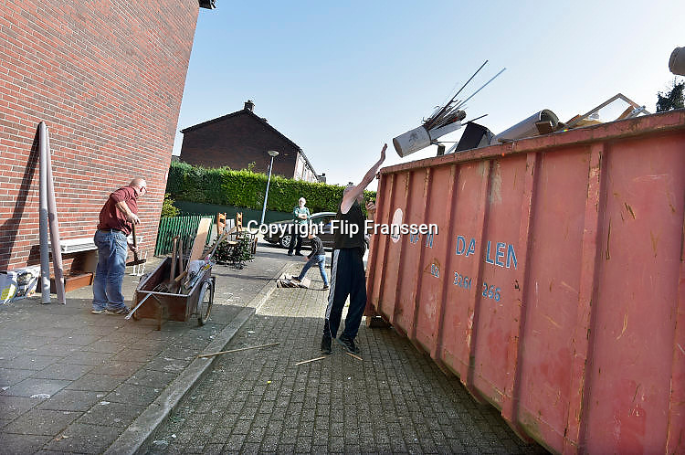 Nederland, Wijchen, 16-10-2017Renovatie sociale huurwoningen van woningcorporatie Talis in de wijken Heilige Stoel, Homberg en Kraayenberg. Voorafgaand aan de renovatie kunnen bewoners overtollig huisraad in een container gooien.Foto: Flip Franssen