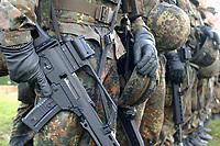 16 OCT 2001, BERLIN/GERMANY:<br /> Bundeswehrsoldaten, angetreten mit Gewehr, waehrend der Ausbildung des KFOR-Einsatzverbandes, Infanterieschule des Heeres, Hammelburg<br /> IMAGE: 20011016-01-042<br /> KEYWORDS: Bundeswehr, Armee, Soldat, soldier