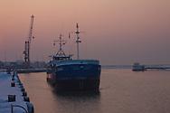 """Vrachtschip """"Miska"""" Terschelling legt aan in de Industriehaven in Harlingen."""