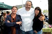 Boekpresentatie Smart BBQ van Julius Jaspers bij Restaurant Visaandeschelde, Amsterdam.<br /> <br /> Op de foto:  Julius Jaspers  met  Martijn en Amanda Krabbe