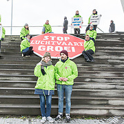 NLD/Amsterdam/20190314  - Koning bij viering 100 jaar Luchtvaart  in Nederland, Demonstranten tegen de luchtvaart