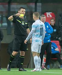 Jeppe Kjær (FC Helsingør) får en advarsel af dommer Jesper Nielsen under kampen i 1. Division mellem Silkeborg IF og FC Helsingør den 21. november 2020 i JYSK Park (Foto: Claus Birch).