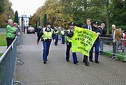 """Nederland, Den Haag, 14-10-2010Bi Huis ten Bosch, vlak voor de bordesfoto,voerde Greenpeace aktie tegen het nieuwe kabinet omdat er geen minister voor miieu meer in zit. De nepminister werd in zijn auto bij toegangshek """"ontmaskerd"""" en weggevoerd.Foto: Flip Franssen"""