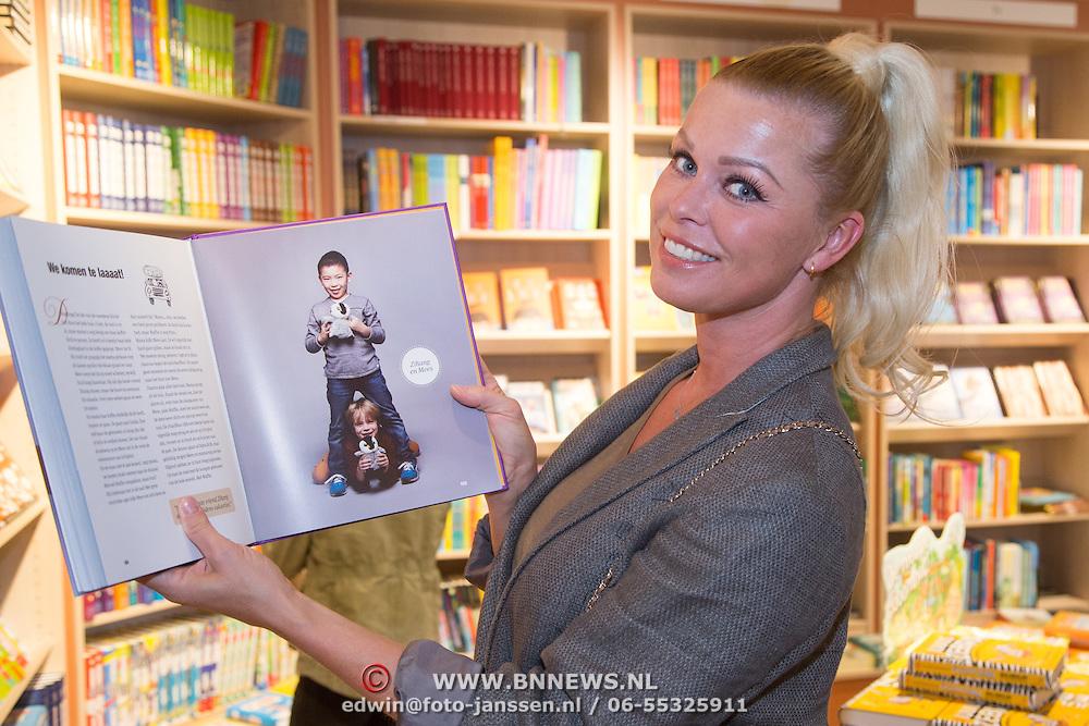 NLD/Amsterdam/20160529 , Boekpresentatie Het Groot Nederlands Knuffelboek van Gallyon van Vessem, Bridget Maasland met de foto van zoon Mees