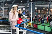 NICOLETTE EN ANGELA VAREN AIDSFONDS LIEFDESPONT OP WERELD AIDS DAG. Op 1 december, Wereld Aids Dag, vaart de reguliere GVB pont van Amsterdam CS naar Amsterdam-Noord de gehele dag als speciale love boat over het IJ. De liefdespont heeft een metershoge red ribbon aan weerszijden: het symbool van de aidsbestrijding. <br /> <br /> Op de foto:  ambassadeurs Nicolette Kluijver en Angela Groothuizen