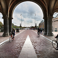 Nederland, Amsterdam , 20 oktober 2014.<br /> De fiets- en wandeldoorgang onder het Rijksmuseum verloopt weer soepel.<br /> Op de foto: de doorgang gezien vanaf het Museumplein.<br /> Foto:Jean-Pierre Jans