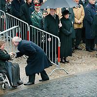 Nederland.Amsterdam.4 mei 2004..Nationale dodenherdenking op de Dam..Drs. F.W. Weisglas (voorzitter 2e Kamer) begroet de vrouw van Burgemeester Cohen.