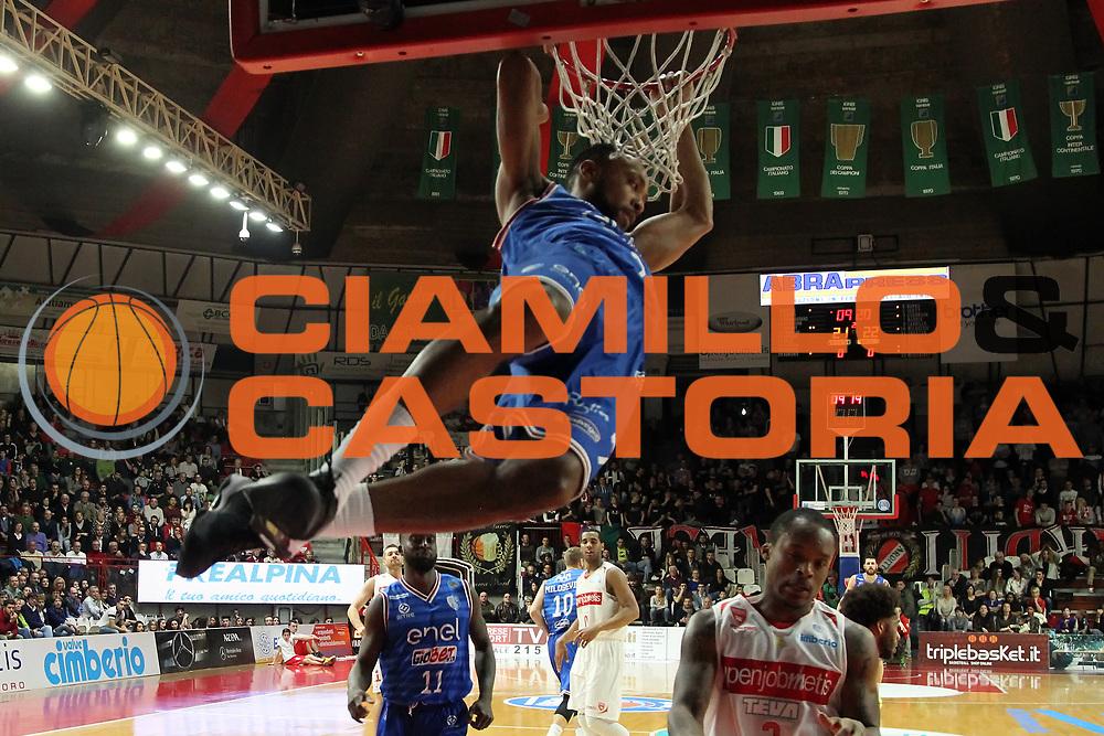 DESCRIZIONE: Varese Lega A 2015-16 <br /> Openjobmetis Varese vs Enel Brindisi <br /> GIOCATORE: Alexander Harris<br /> CATEGORIA: schiacciata sequenza<br /> SQUADRA: Enel Brindisi<br /> EVENTO: Campionato Lega A 2015-2016<br /> GARA: Openjobmetis Varese Enel Brindisi<br /> DATA: 20.03.2016<br /> SPORT: Pallacanestro<br /> AUTORE: Agenzia Ciamillo-Castoria/A. Ossola<br /> Galleria: Lega Basket A 2015-2016<br /> Fotonotizia: Varese Lega A 2015-16 <br /> Openjobmetis Varese Enel Brindisi