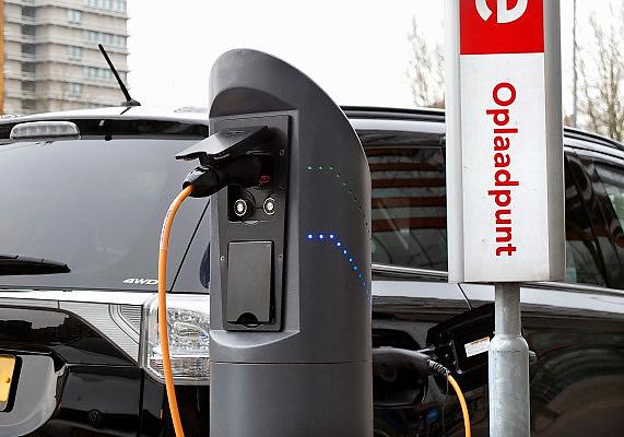 Nederland, Amsterdam, 29-1-2013Een elektrische auto staat op te laden aan een laadpunt op de Zuidas.Foto: Flip Franssen/Hollandse Hoogte