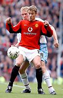 Fotball. Premier League. 26.10.2002.<br /> Manchester United v Aston Villa.<br /> Ole Gunnar Solskjær, United.<br /> Steve Staunton, Aston Villa.<br /> Foto: Peter Downing, Digitalsport