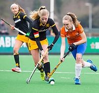 BLOEMENDAAL - hockey - Competitie Landelijk meisjes : Bloemendaal MB1-Den Bosch MB1 (1-1). Michelle van der Drift met Teuntje de Wit (l) van Den Bosch.  COPYRIGHT KOEN SUYK