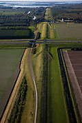 Nederland, Flevoland, Lelystad, 08-09-2009. Knardijk, richting Hollandse Hout en Oostvaardersplassen, de weg is de A6. De dijk vormt de grens tussen Oostelijk en Zuidelijk Flevoland en voorkomt dat bij een dijkdoorbraak de gehele Flevopolder overstroomt. .Knardijk, in direction of Oostvaardersplassen, the road is the A6. The dike forms the border between Eastern and Southern Flevoland and prevents in case of breach of the outer dikes of the polder, that  tthe whole Flevopolder will be flooded.toeslag); aerial photo (additional fee required); .foto Siebe Swart / photo Siebe Swart