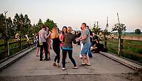13.06.2015 wies Kruszyn woj podlaskie Wiejska zabawa na moscie jest proba odtworzenia dawnych zwyczajow tej wsi . Przed wojna po czerwcowym nabozenstwie przy kapliczce cala wies udawala sie na tance na pobliski most na rzeczce Neresl . Organizatorem wydarzenia bylo Stowarzyszenie Dziedzictwo Podlasia fot Michal Kosc / AGENCJA WSCHOD