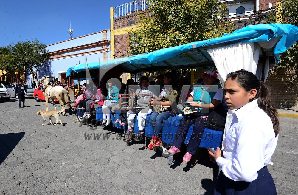 Metepec, Méx.- El señor Mario López, lleva más de 35 años manejando una carreta tirada de tres caballos, transportando a niños a la escuela en Metepec, ante la falta de transporte su padre y su abuelo iniciaron en este negocio, de 15 carretas que iniciaron actualmente ya solo queda la que el maneja, con la ruta de San Miguel Totocuitlapilco, San Lorenzo, al centro de Metepec, siendo un transporte económico y confiable para las madres y estudiantes. Agencia MVT / Crisanta Espinosa