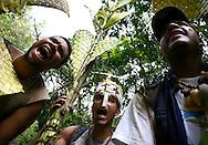 """Integrantes de los """"Palmeros de Chacao"""" cargan las palmas que serán benditas en la misa del domingo de ramos con motivo del inicio de la Semana Santa el sábado 19 de marzo, en Caracas (Venezuela). Los """"Palmeros de Chacao"""" son herederos de una tradición que data del año 1770 y que evoca el pasaje bíblico de la entrada de Jesús a Jerusalén. (ivan gonzalez)"""