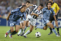 Fotball<br /> UEFA Champions League 2003/2004<br /> 01.10.2003<br /> Marseille v Partizan Beograd<br /> Foto: Digitalsport<br /> NORWAY ONLY<br /> <br /> FOOTBALL - CHAMPIONS LEAGUE 2003/04 - 1ST ROUND - GROUP F - 031001 - OLYMPIQUE MARSEILLE v FK PARTIZAN BELGRADE - MIDO (OM) / NENAD DJORDJEVIC (PAR) - PHOTO JEAN MARIE HERVIO